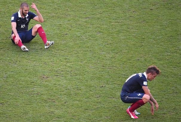 Karim Benzema et Antoine Griezmann après le coup de sifflet final. (AFP)