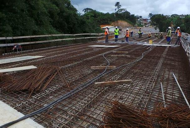 construction d'un pont sur la route