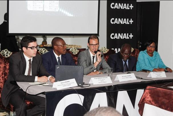 Alexandre Cohen, directeur de Canal+ Gabon au milieu avec le micro (photo canal+)