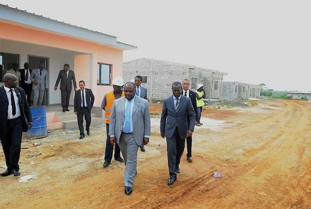 Ali Bongo Ondimba visite le chantier de logements de Bikélé