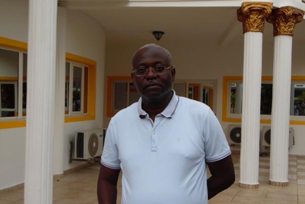 Me Moumbembé devant son cabinet