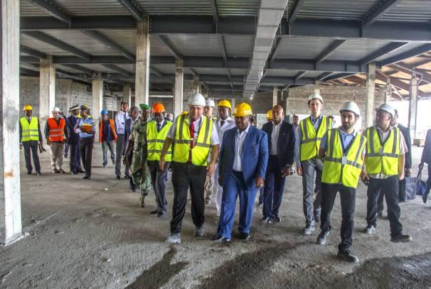 Ali Bongo sur le chantier de l'aéroport de Port-Gentil