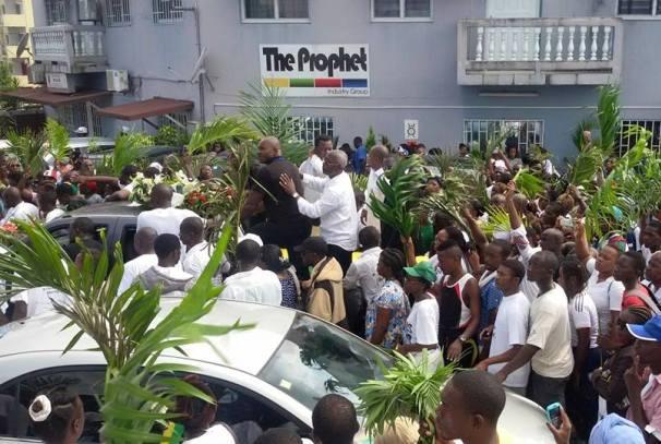La dépouille de André Mba Obame dans les rues de Libreville