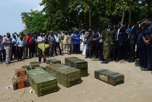 Les caisses d'armes découvertes au Gabon