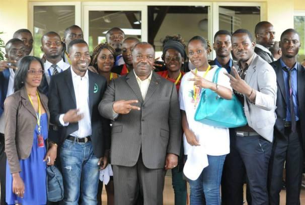Ali Bongo Ondimba et les jeunes à Lambaréné