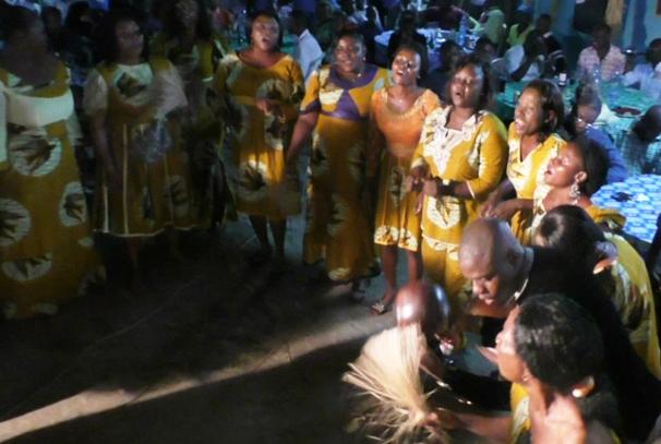 Les danseuses et danseurs du groupe Ngwata en démonstration