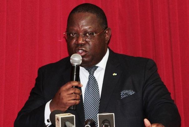 Emmanuel Issoze Ngondet, lors de la conférence de presse du 1er juin 2015