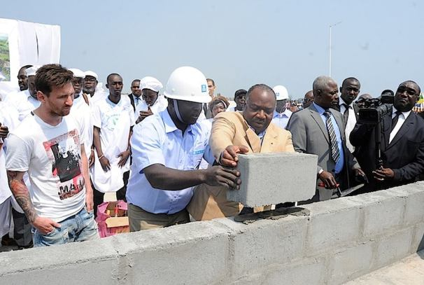 Ali Bongo Ondimba et Lionel Messi au lancement des travaux de construction du stade de Port Gentil