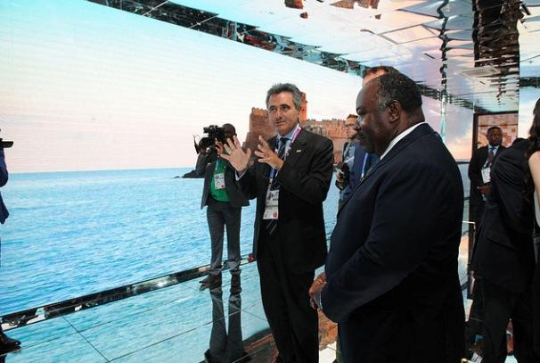 Le Président Ali Bongo Ondimba visitant le stand italien