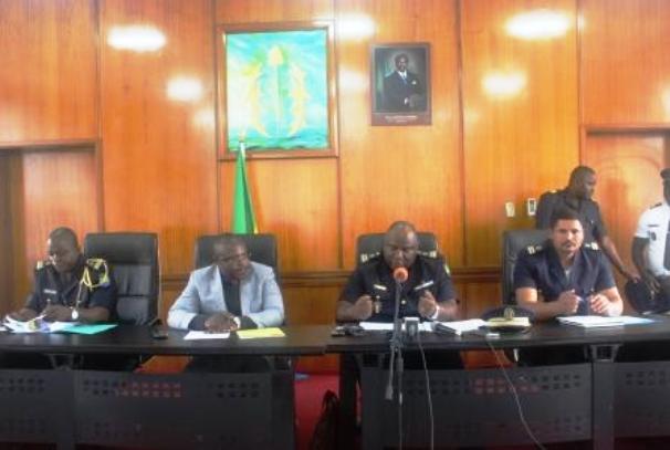 Les officiers des FPN devant la presse