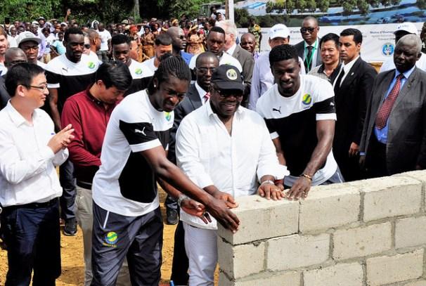 Ali Bongo Ondimba pose la première pierre du stade d'oyem