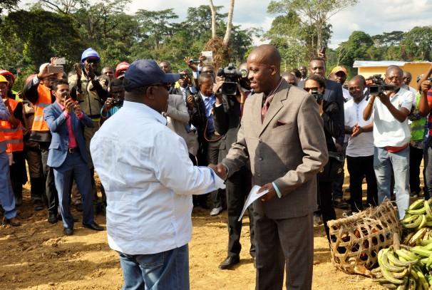 Ali Bongo Ondimba remet les titres fonciers à Oyem