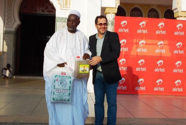Heiko Schlittke remet le don symbolique à un Imam