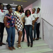 Reine Ngotala et les employés d'Airtel Gabon