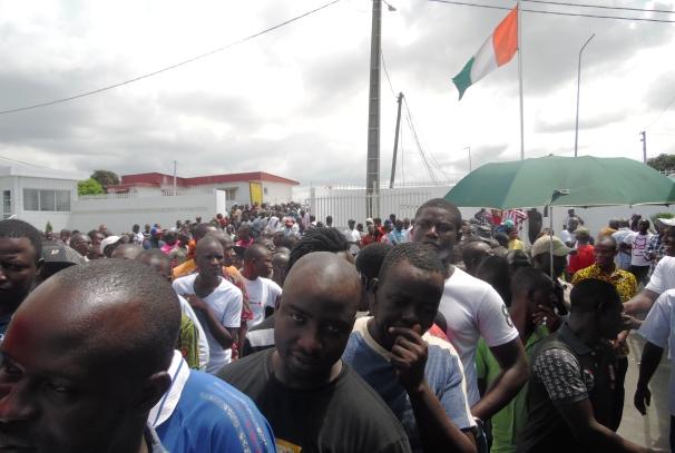 Les ivoiriens en attente pour voter à l'Ambassade à Libreville
