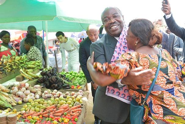 Ali Bongo Ondimba au marché de Mouila