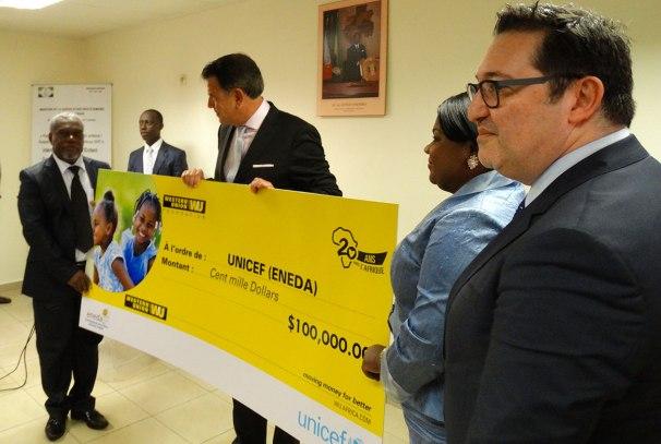 Hikmet Ersek remet le chèque au Directeur de l'ENEDA
