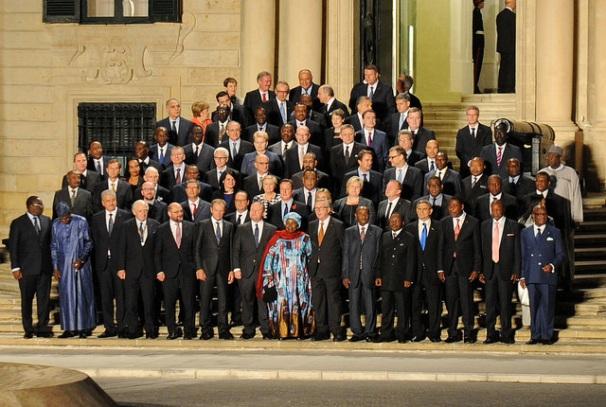 Les chefs d'Etat et de Gouvernement observant une minute de silence à l'Auberge de Castille (Malte) en hommage aux migrants morts