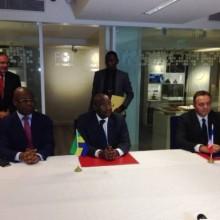 Pacôme Moubelet Boubeya entouré de Didier Trutt et Germain Ngoyo Moussavou