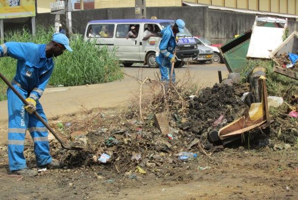 Deux agents de la société AVERDA à Libreville