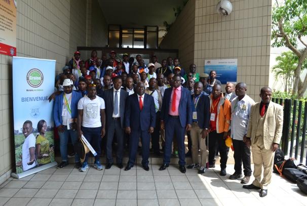 Les coopérateurs et Mathieu Mboumba Nziengui à l'aéroport Léon Mba