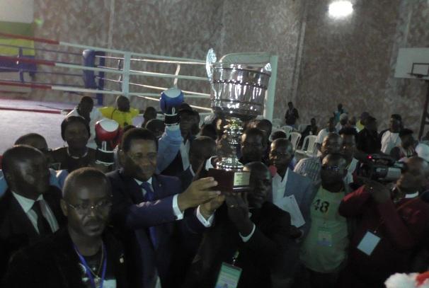 Remise du trophée par le Pr Daniel Ona Ondo