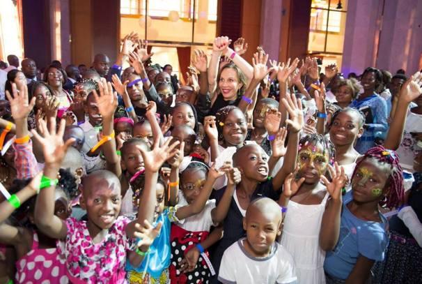 Sylvia Bongo Ondimba et les enfants (arbre de noël 2015)