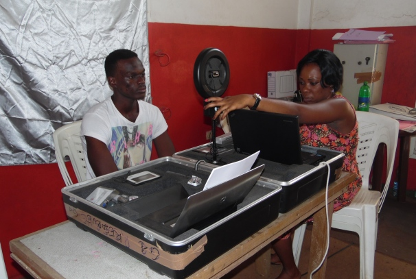 Enrôlement d'un électeur dans le 4ème arrondissement de Libreville