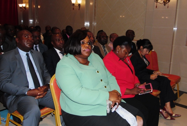 La Ministre de l'égalité des chances et celle des affaires sociales (lancement du projet un jeune = un métier)