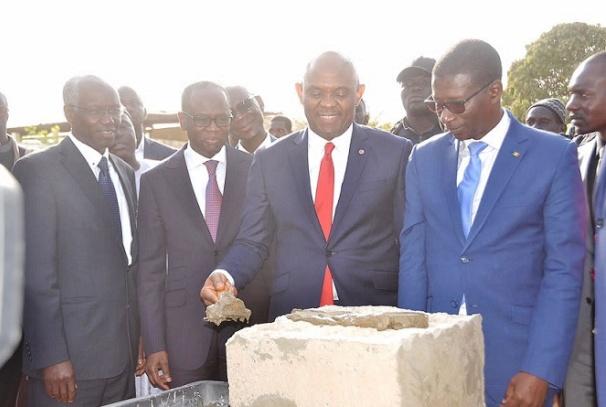 Tony   O.   Elumelu   pose   la   première   pierre   desnouveaux bâtiments de l'Université de Dakar financés par UBA