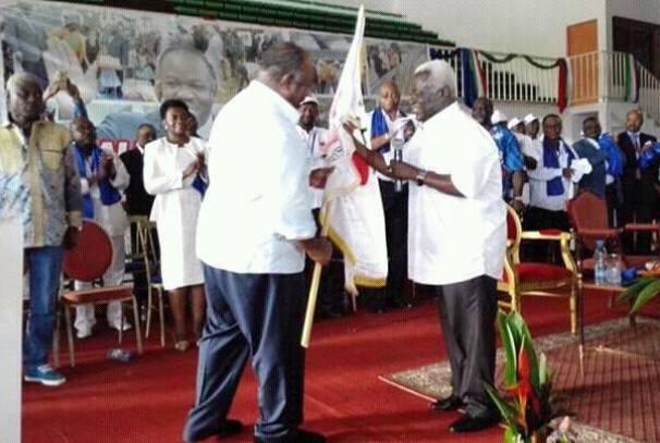 Jean Boniface assele remet le drapeau du CLR à Ali Bongo Ondimba