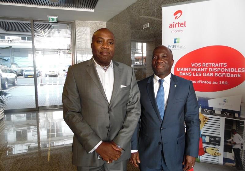 Le directeur général de la BGFI Bank, Edgard Anon, et son collègue d'Airtel Gabon, Alain Kahasha