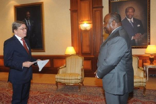 Un des ambassadeurs et le président Ali Bongo Ondimba