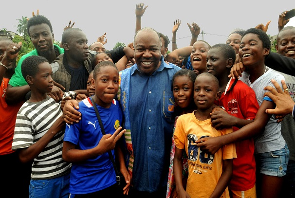 Ali Bongo Ondimba et les jeunes sur le terrain