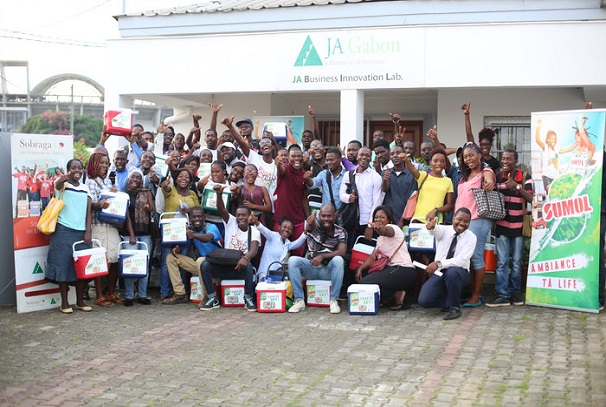 JA Gabon et SOBRAGA aident 90 jeunes