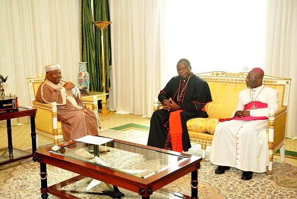 Le président Ali Bongo Ondimba recoit le cardinal Dieudonné NZAPALAINGA archevêque de Bangui accompagné de Mgr Basile MVE ENGONE du Gabon.