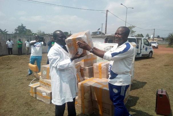 Mathias Otounga Ossibadjouo remet le don aux responsables du centre