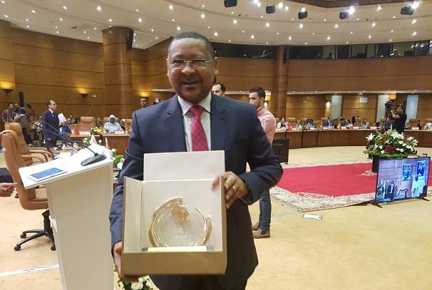 Jean Marie Ogandaga avec le prix au Maroc