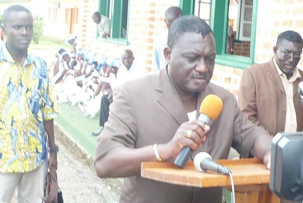Pr Léon Nzouba fait des dons à Mouila
