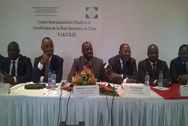 Fabrice Andjoua Bongo Ondimba présidant une réunion sur la dette intérieure