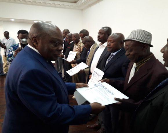 Michel Essonghé, le PDG de Ceca-Gadis remettant les diplômes aux agents
