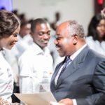 Le président Ali Bongo Ondimba remet des parchemins aux jeunes