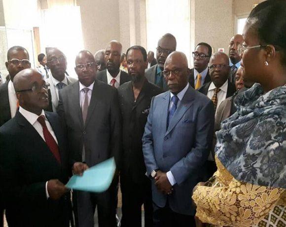 Un groupe d'opposants au ministère de l'Intérieur
