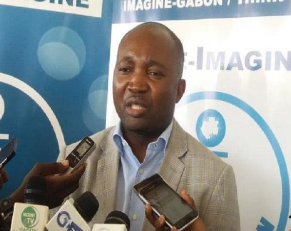 Emmanuel Eyeghe Nze, au café de l'association Imagine Gabon