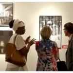 Emmanuelle Laté présentant ses oeuvres