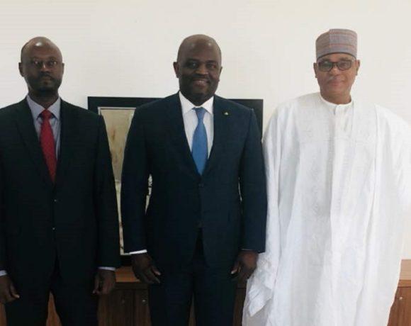 Régis Immongault et ses hôtes à Libreville