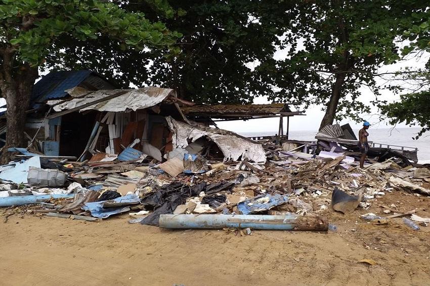 Destruction des baraques encombrant la plage de la sablière