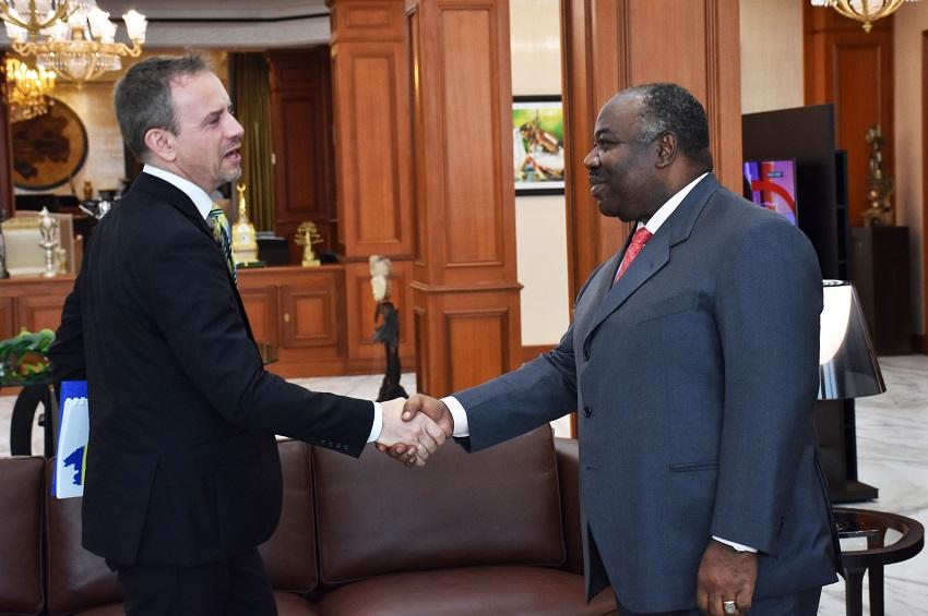 Poignée de mains entre le président Ali Bongo Ondimba et M. Stephen JACKSON