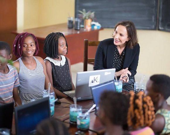 Sylvia Bongo Ondimba et les élèves