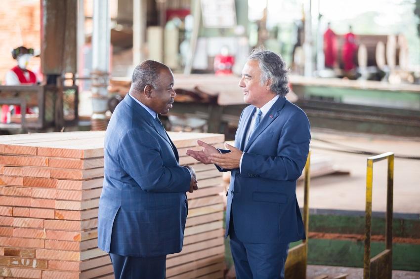 échange entre le président Ali Bongo Ondimba et Francis Rougier à la scierie de Mevang